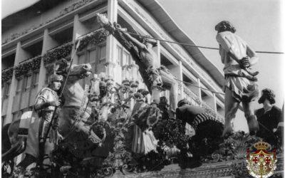 El paso de misterio en la plaza de la Encarnación en 1960